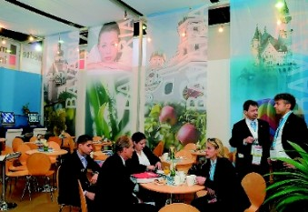 The info and service lounge of the Bavarian group stand is a meeting place for exhibitors and trade visitors. (Photo: Bayern International)