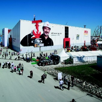 "Peri at Bauma 2013: The larger-than-life image of a worker gave the facade a ""consciously human face"". (Photo: Fey)"