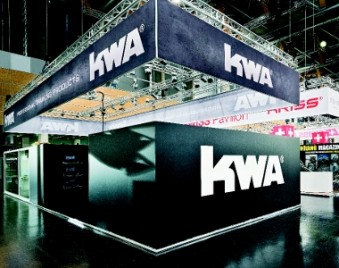 The back-lit KWA banner showed what a radiant and long-distance impact the colour black can have. (Photo: Wörnlein)