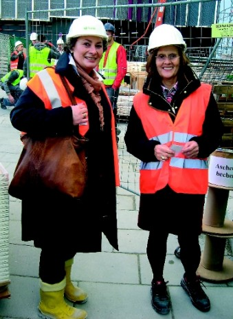 Building site tour: Claudia Delius-Fisher (r.) and Claudia Lehning-Berge of Messe Frankfurt at Kap Europa. (Photo: TFI)