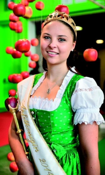 The Apple Queen does the honours at Interpoma. (Photo: Messe Bozen)