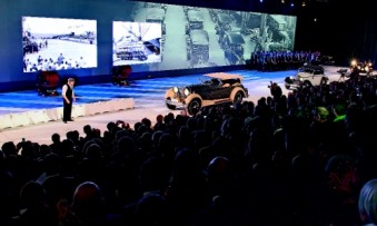 The Mercedes factory in Sindelfingen turns 100: On the stage road actors and exhibits moved against the backdrop of a panoramic projection. (Photo: FAMAB Award)