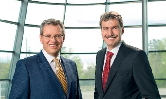 Roland Fleck (l.) and Peter Ottmann want to invest up to five million euros a year in digitisation and IT in Nuremberg. (Photo: NürnbergMesse / Jan Scheutzow)